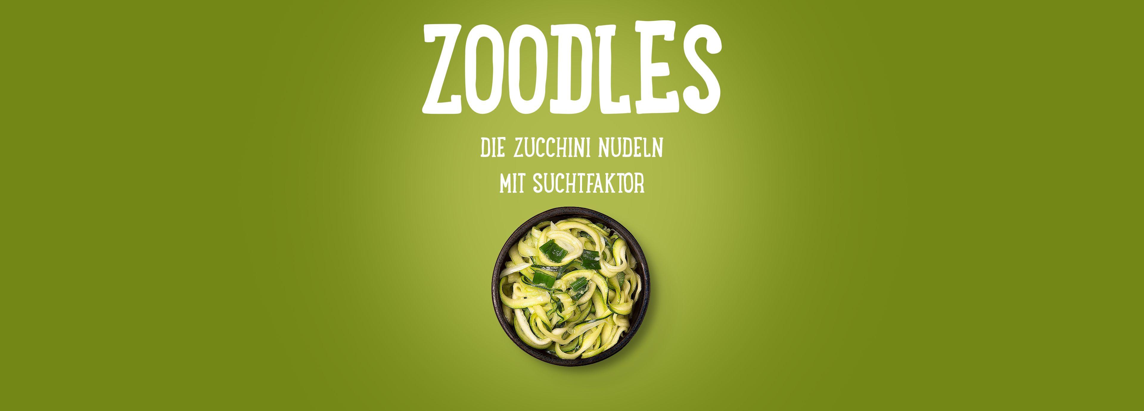 Zucchini-Nudeln mit Knoblauch, Jungzwiebeln und Zwiebeln, gebraten in Olivenöl.